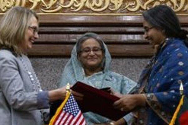 Americká ministerka zahraničných vecí Hillary Clintonová a premiérka Bangladéša Sheikh Hasina.