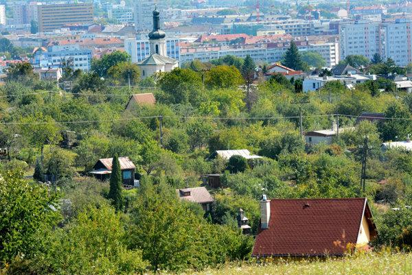Lukratívna lokalita nad Kalváriou. Mnohí záhradkári by radi stavať rodinné domy, veď len pár desiatok metrov stoja stavebné pozemky 150 eur za štvorák.