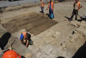Objavené základy objektu na Mierovom námestí.