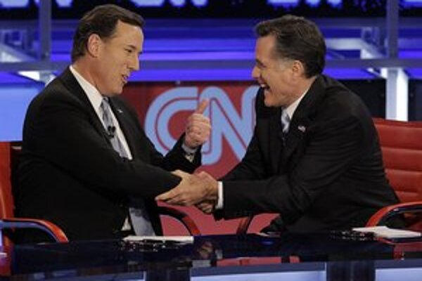 Rick Santorum (vľavo) a Mitt Romney.