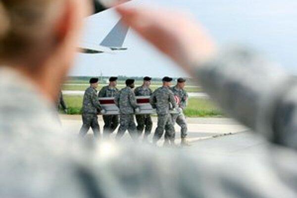 V Amerike pravidelne pristávajú lietadlá s pozostatkami vojakov.