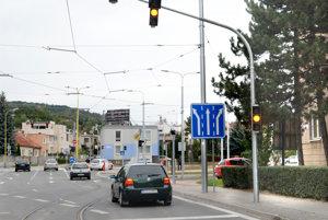 Vypnutý semafor. Vodiči prejavili svoje výhrady k novej svetelnej signalizácii pri obratisku električiek.