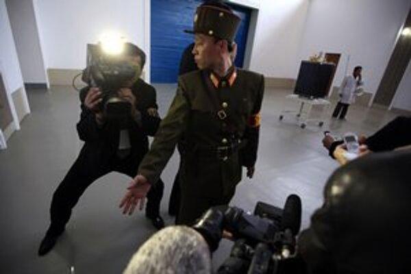 Režim v apríli pustil na svoje územie zahraničných novinárov. Neustále ich však strážil a ukázal im len to, čo chcel.