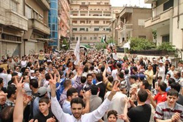 Novinári informovali o sýrskom povstaní.