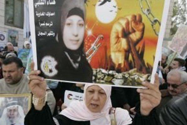 Hladovku drží aj Palestínčanka na plagáte.