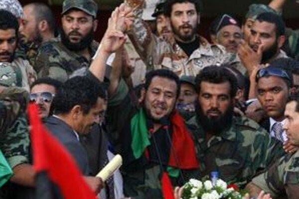 Abdal Hakím Belhadž (uprostred) prichádza predniesť prejav na námestí v Benghází.