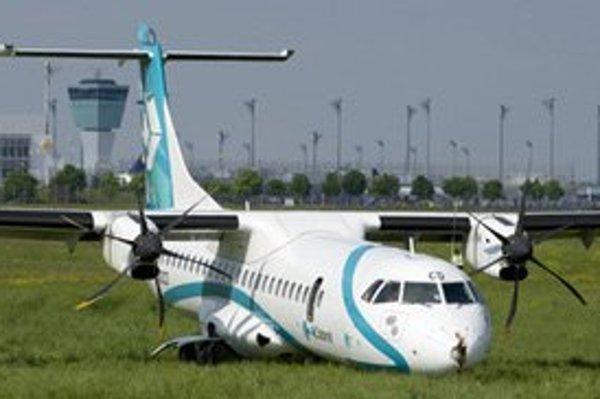 Stroj ATR 72 skončil na tráve.