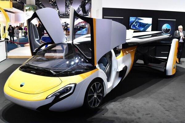 AeroMobil v cestnej konfigurácii – so sklopenými krídlami. V letovej konfigurácii, s rozpätím krídiel 8,8 metra, môže AeroMobil lietať cestovnou rýchlosťou 260 km/h