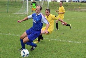 Na vedúcu priečku sa dostal Podbiel, ktorý vyhral 6:2 v Rabčicich. Hetrikom sa zaskvel Roman Šeling (v modrom).