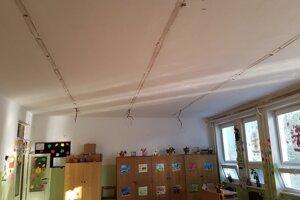 Zo stropu trčali na začiatku školského roka len káble.