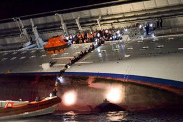 Ľudia opúšťajú 13.januára 2012 palubu výletnej lode costa Concordia, ktorá narazila na plytčinu pri talianskom ostrove Giglio.