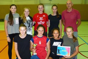 Dievčatá z Čadce s trénerom Petrom Grambličkom s pohárom za tretie miesto.