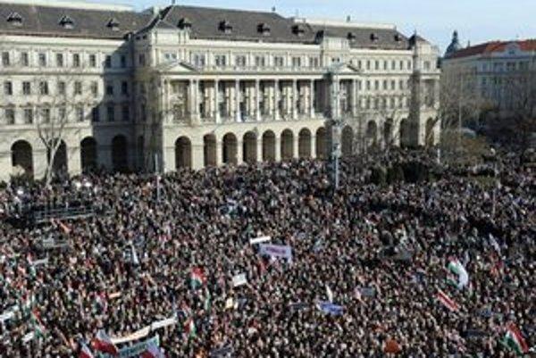 Dav pred budovou maďarského parlamentu.