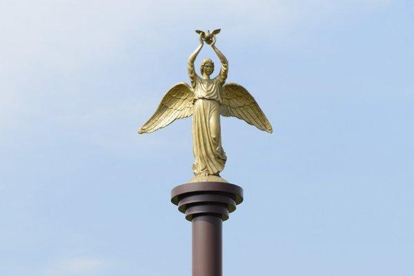 Pozlátená socha anjela v Rišňovciach je darom z Ruska.