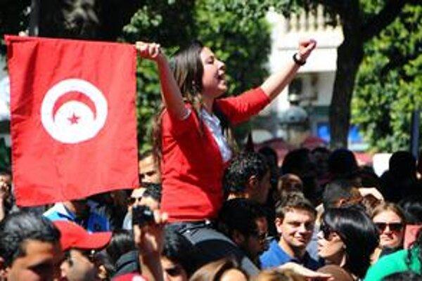 Tunisania i policajti oslavovali v uliciach Deň nezávislosti.