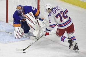 Jaroslav Halák zasahuje v stretnutí proti NY Rangers.