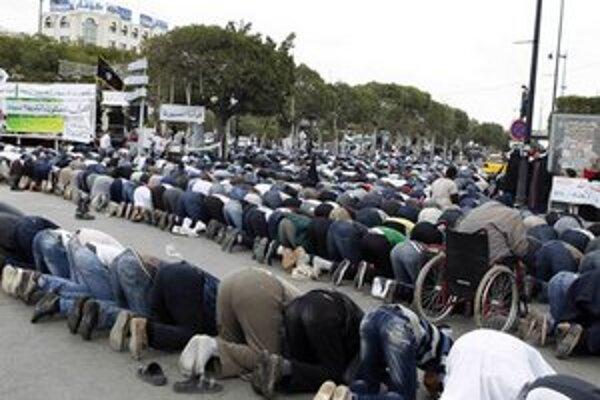 Modlitba demonštrantov v Tunise.
