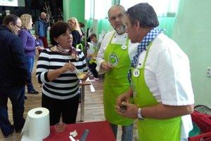 Členka poroty Oľga Luptáková so súťažiacimi pri ochutnávke súťažného jedla z jabĺk.