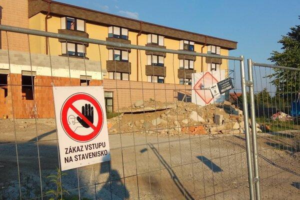 Okolie nemocnice je stále staveniskom.