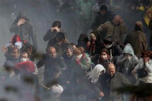 Turecká polícia použila proti demonštrantom aj slzotvorný plyn.