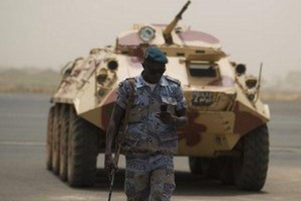 Obrnený transportér junty na letisku v Bamaku.