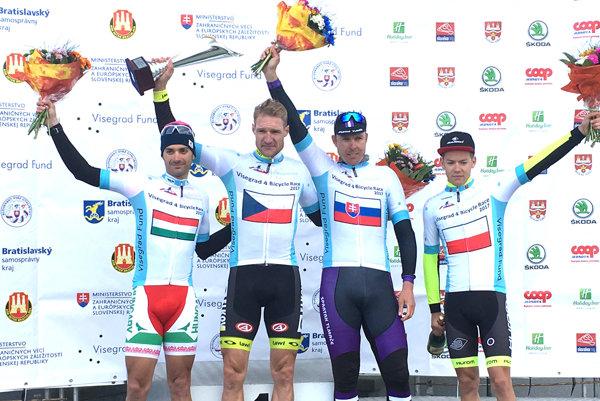 Roman Broniš (druhý sprava) na pretekoch V4 druhá časť Bratislava - Orechová Potôň.