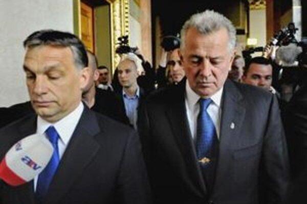 Maďarský prezident Pál Schmitt a maďarský premiér Viktor Orbán kráčajú po tom, ako Schmitt odstúpil z funkcie hlavy štátu.
