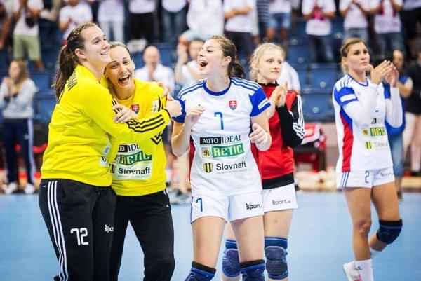 Nitra bude hostiť kvalifikačný zápas žien Slovenska proti Poľsku. Na snímke celkom vľavo Adriana Medveďová, úplne vpravo Karin Bujnochová. Obe majú nitriansku minulosť.