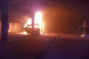 Požiar v sklade autovrakov.