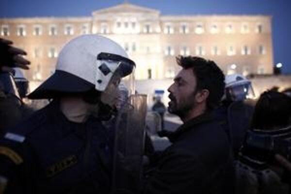 Nespokojných Grékov vyhnala do ulíc prvá verejná samovražda  na ulici v Aténach.