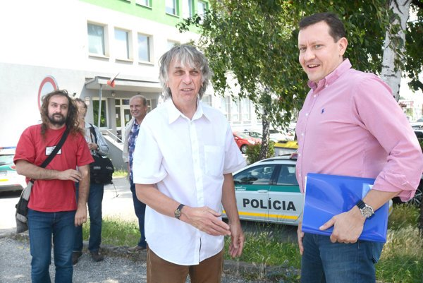 Kalmus a Lorenz s advokátom Lipšicom. Obaja košickí aktivisti čelia za svoj prejav odporu k bývalému režimu viacerým obvineniam.