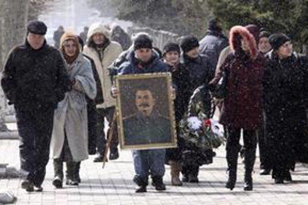 Gruzínčania nesú portrét Stalina v  jeho rodnom meste Gori.