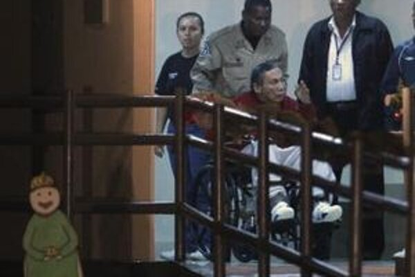 Bývalý panamský diktátor Manuel Noriega gestikuluje  na vozíku vo väzení s názvom  El Renacer na predmestí Panamy.