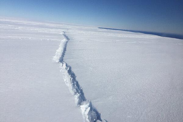 Trhlina v ľadovci Pine Island, ktorú spozorovali 4. novembra 2016. na podobných oslabených miestach vznikajú pod povrchom bazálne kanály.