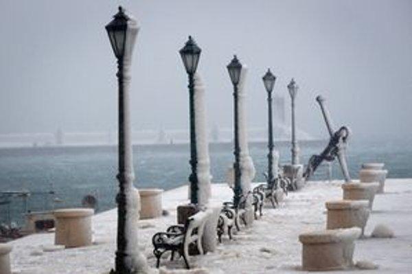 Ľadom pokryté mólo chorvátskeho pobrežného letoviska Senj.