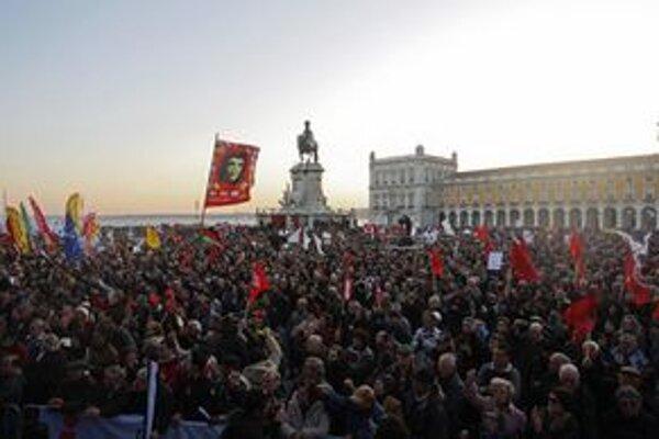 Demonštranti na námestí Terreiro do Paco.