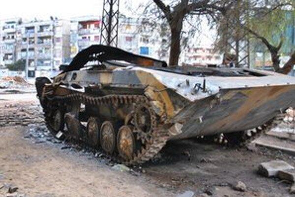 Zničený obrnenec sýrskej armády v meste Homs.