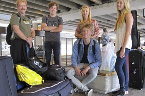 Cestujúci v Brisbane čakajú na letisku po tom, ako spoločnosť Air Australia skrachovala.