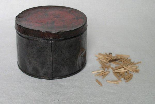 Drevené klinčeky, používané na pribíjanie koženej podrážky.