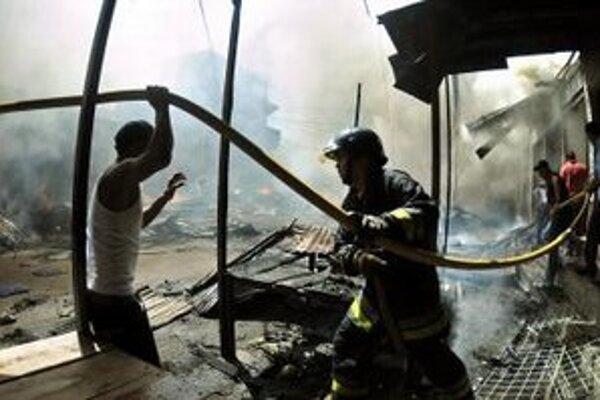 Pri hasení požiaru pomáhali hasičom aj domáci.