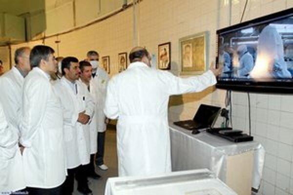 Iránsky prezident Ahmadínežád počas nedávnej návštevy teheránského výskumného reaktoru.