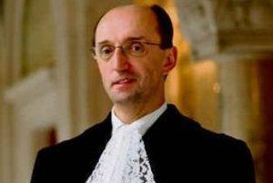 Predseda Medzinárodného súdneho dvoru v Haagu PETER TOMKA (55) sa narodil v Banskej Bystrici. Vyštudoval medzinárodné právo na Karlovej univerzite. Od roku 1986 pracoval ako právnik na československom ministerstve zahraničia. Zastupoval Slovensko poča