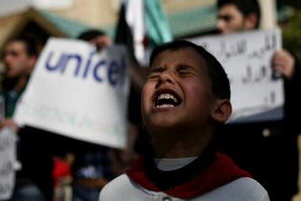 Sýrsky chlapec skanduje heslá počas demonštrácie.