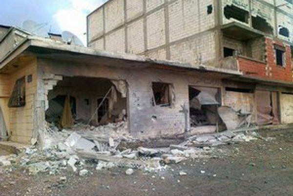 Zničené domy počas ostreľovania sýrskymi vládnymi silami v meste Homs.