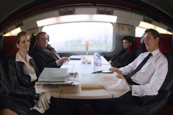 Dve tváre Sarkozyho kampane v jednom kupé. Morizetová v popredí.