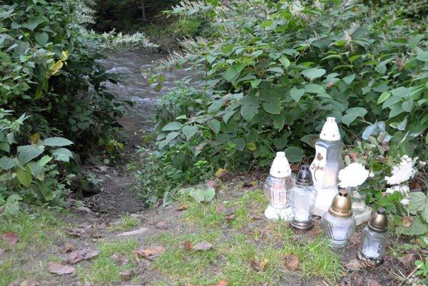 Na tomto mieste našli Dušana. Potok tečie pod približne dva metre hlbokým zrázom.
