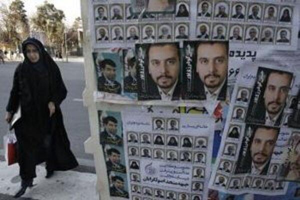 Iránčanka kráča popri volebných plagátoch.