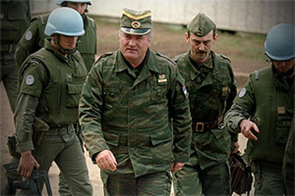 Mladič čelí obvineniam z 11 trestných činov vrátane genocídy, vojnových zločinov a zločinov proti ľudskosti.