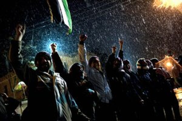 Demonštranti v odbojnom meste Idlib.