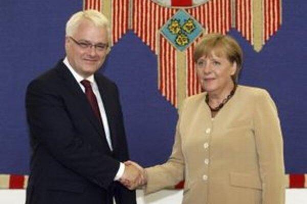 Nemecká kancelárka Angela Merkelová si podáva ruku s chorvátskym prezidentom Ivom Josipovičom počas ich stretnutia v Záhrebe 22. augusta 2011.